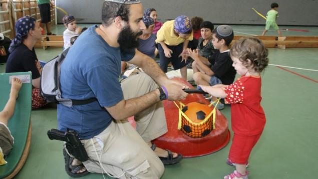 Chị Kay be careful bữa nào có anh nào XC ghé thăm nheng! Armed-teachers-israel-4